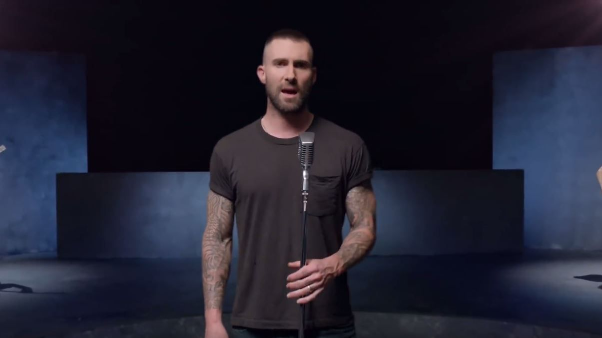 마룬파이브(Maroon 5)의 'Girls Like You' 뮤직비디오 갈무리