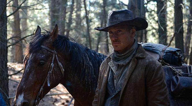 영화 <슬로우 웨스트>의 한 장면.