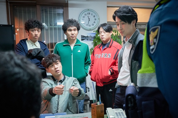 영화 <변산>의 한 장면. 아버지가 위독하다는 소식에 하릴없이 고향에 내려간 학수(박정민)는 보이스피싱 용의자로 지목받기까지 한다.
