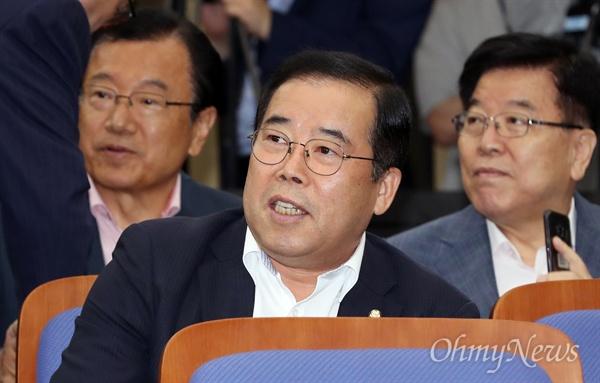 의총 참석한 박성중 자유한국당 박성중 의원이 21일 오전 국회에서 열린 의원총회에 참석하고 있다.