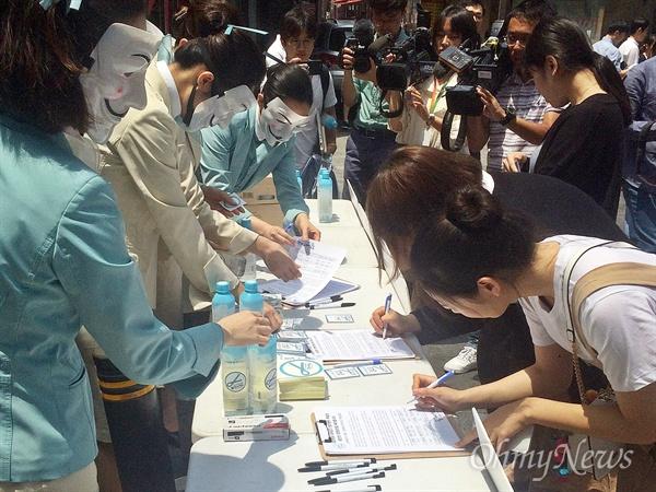 대한항공직원연대가 21일 낮 12시부터 2시간 동안 서울 종로구 젊음의거리에서 '갑질 근절' 게릴라 홍보를 진행했다. 현장을 지나던 시민들이 서명운동에 참여하고 있다.