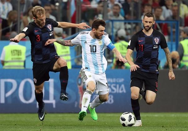 2018년 6월 21일(현지시간), 아르헨티나와 크로아티아의 러시아 월드컵 D조 2경기 당시 장면. 아르헨티나의 리오넬 메시가 크로아티아의 이반 스트리니치와 마르셀로 브로조비치를 상대로 경기하고 있다.