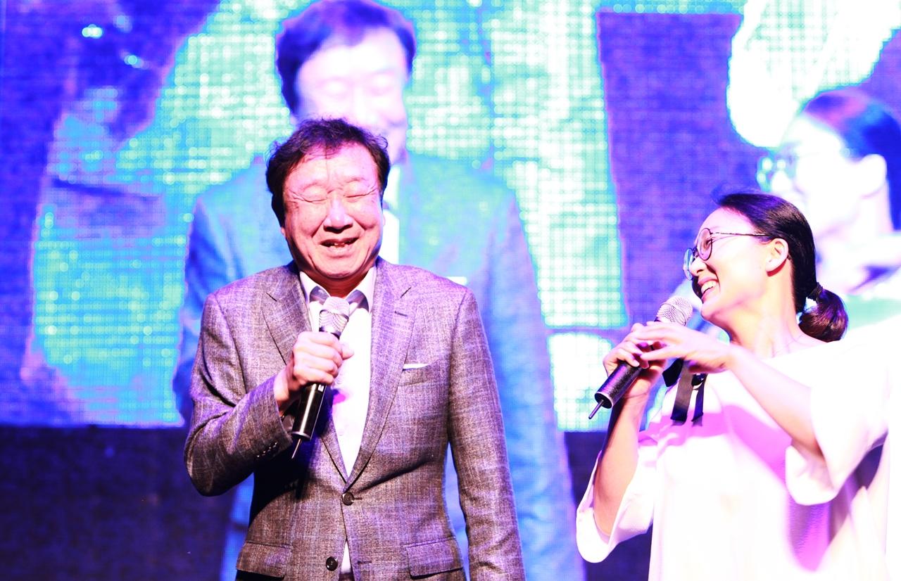 윤문식 배우가 마당극 전문극단인 '우금치'에서 배우생활을 하고 있는 사회자 성장순씨와 즉석에서 마당극 공연을 펼쳐 관객들을 즐겁게 만들었다.