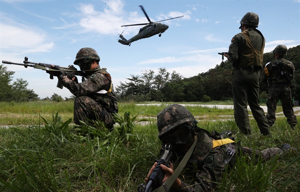 북한, 남북장성급회담서 한미훈련중단 요구 가능성 한미연합훈련을 중단하겠다는 도널드 트럼프 미국 대통령의 발언과 관련, 혼선이 이어지고 있는 가운데 백악관이 한미 간 통상적 훈련은 계속하되 대규모 연합훈련은 하지 않을 것이라고 밝혔다. 한편 오는 14일 열리는 제8차 남북장성급 군사회담에서 북측은 을지프리덤가디언(UFG) 연습을 비롯한 한미연합훈련의 중단을 요구할 가능성이 있는 것으로 예측된다. 사진은 지난 2017년 8월 열린 을지프리덤가디언 연습의 일환으로 열린 육군 55사단 기동대대 공중강습훈련.