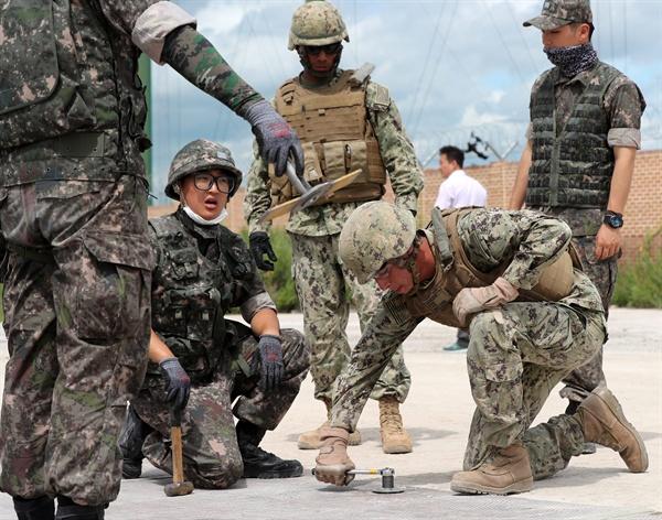 북한, 남북장성급회담서 한미훈련중단 요구 가능성 한미연합훈련을 중단하겠다는 도널드 트럼프 미국 대통령의 발언과 관련, 혼선이 이어지고 있는 가운데 백악관이 한미 간 통상적 훈련은 계속하되 대규모 연합훈련은 하지 않을 것이라고 밝혔다. 한편 오는 14일 열리는 제8차 남북장성급 군사회담에서 북측은 을지프리덤가디언(UFG) 연습을 비롯한 한미연합훈련의 중단을 요구할 가능성이 있는 것으로 예측된다. 사진은 지난 2017년 8월 열린 한·미 해군 연합 활주로 피해복구 야외실제훈련(FTX).