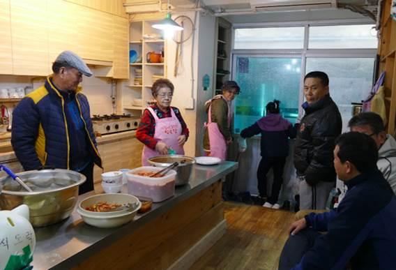 식도락  내부  식사준비 하는 모습  공동식사