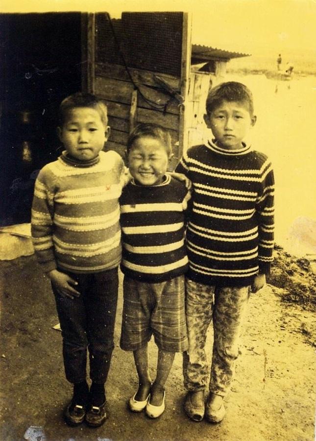 1969년 4월 29일. 부산 범일동 '진주여인숙'에서 종업원으로 일하던 어머니는 사람을 보내 삼형제 사진을 찍어오게 했다. 우측부터 형, 동생, 필자.