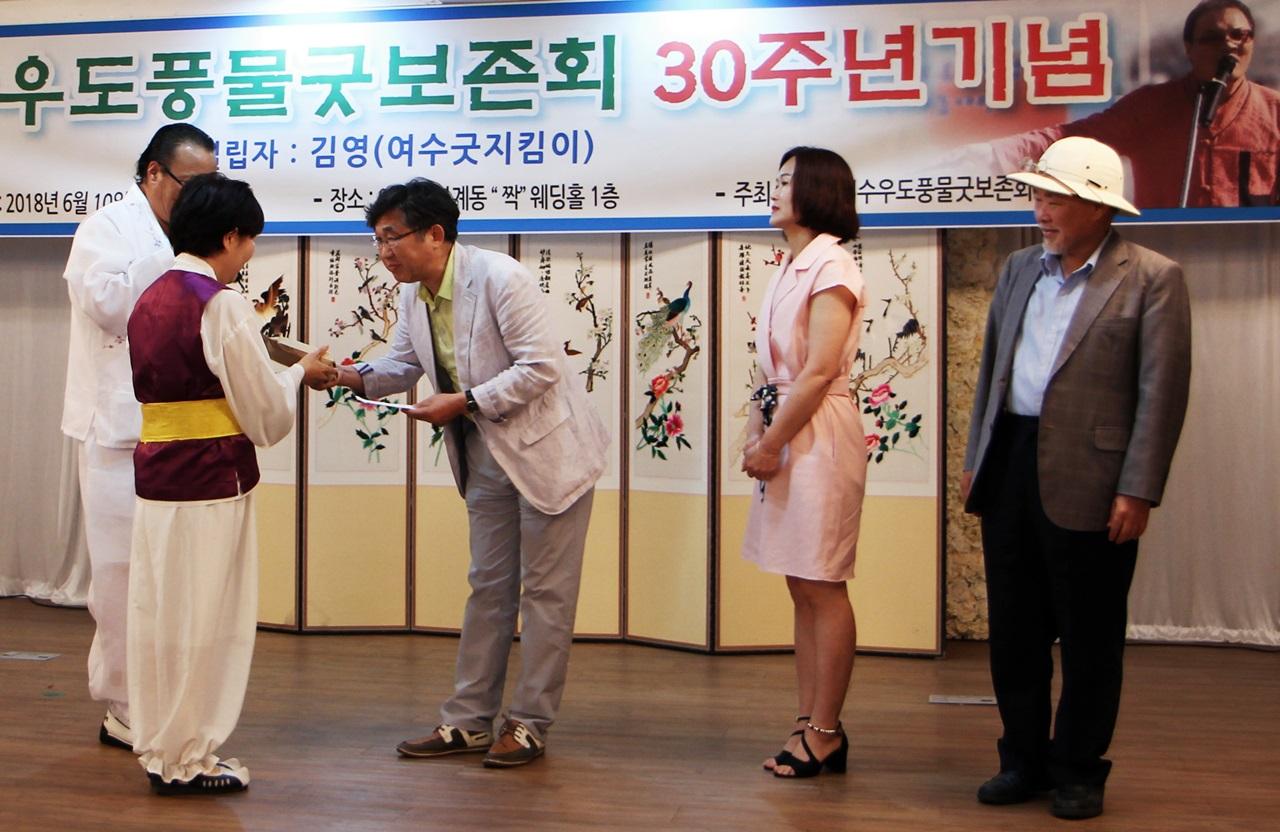 운동권 후배인 '여수우도풍물굿보존회' 김영 단장이 <소년희망센터>에 후원금을 전달하고 있다.