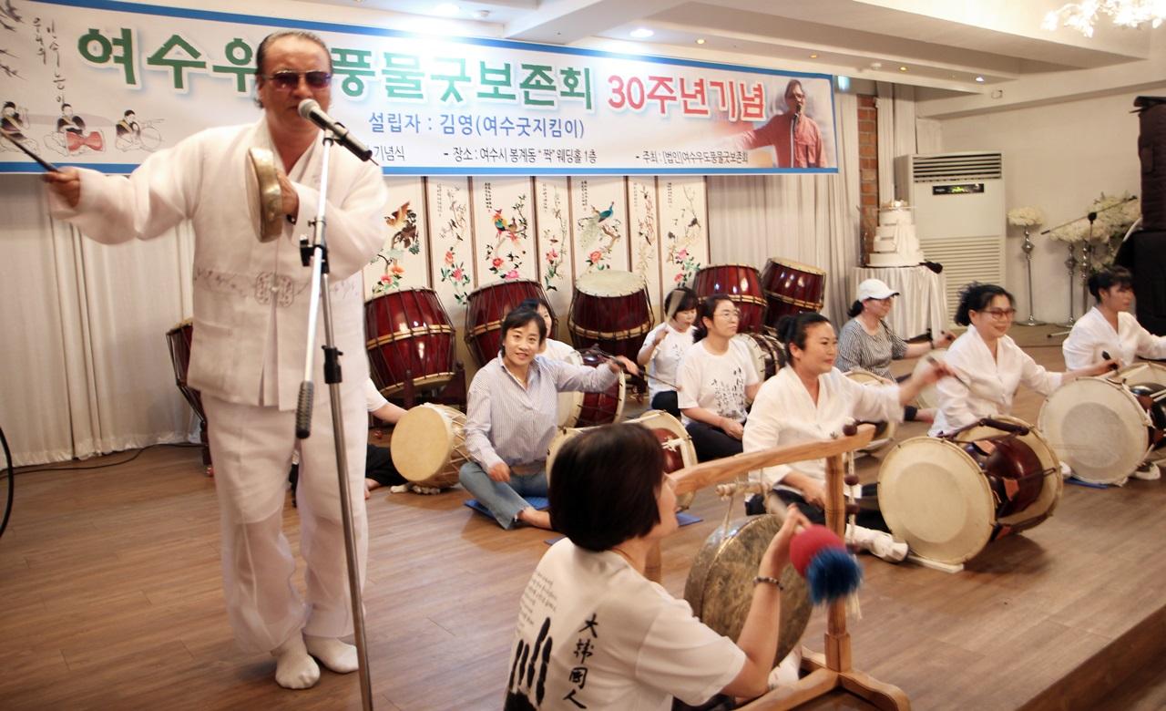여수우도풍물굿보존회 30주년 기념행사에서 꽹과리를 치며 소리를 하고 있는 김영 단장.