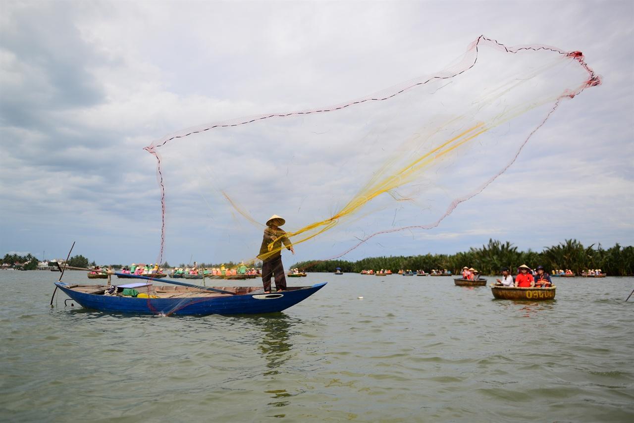 투예퉁(광주리배) 투어 베트남 전통 배 투옌퉁(까이퉁) 투어...광주리 배 체험...광주리 배는 베트남 전통 배다. 이곳 베트남인 들은 고기잡이 및 이웃 간의 왕래 등을 위헤 광주리 배를 이용했다. 다낭 여행 중 광주리 배 투어를 하는 한국인들이 많다. 투망을 던지는 모습도 보여주기 위해서다. 누가 먼저일까. 베트남 전통 생활, 음악 체험이 아쉽다.