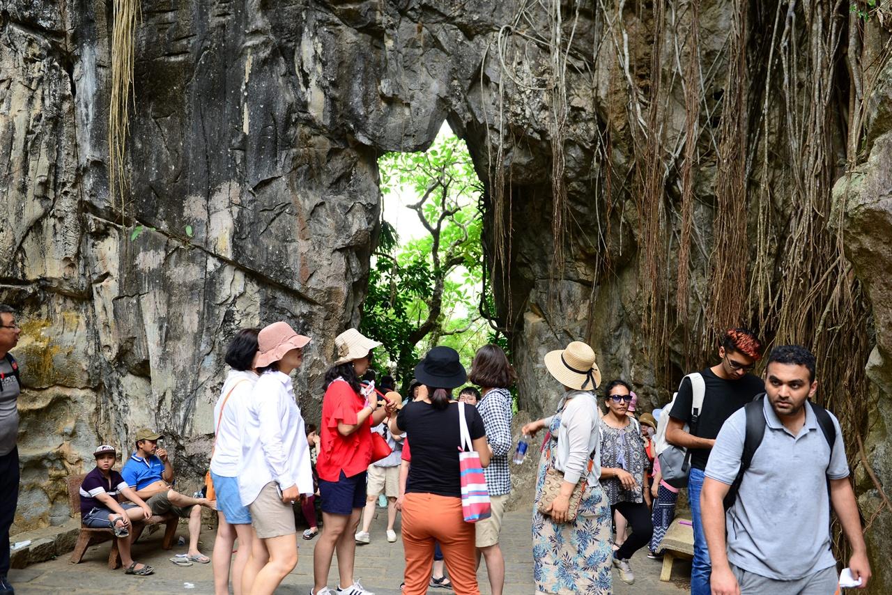 오행산 봉우리가 5 개인 오행산은 베트남 민간 신앙의 본산지다. 다양한 불상과 신을 모신 제단이 있다. 동굴이 많아 베트남 전쟁 때는 베트콩의 은신처로 이용되었다고 한다.