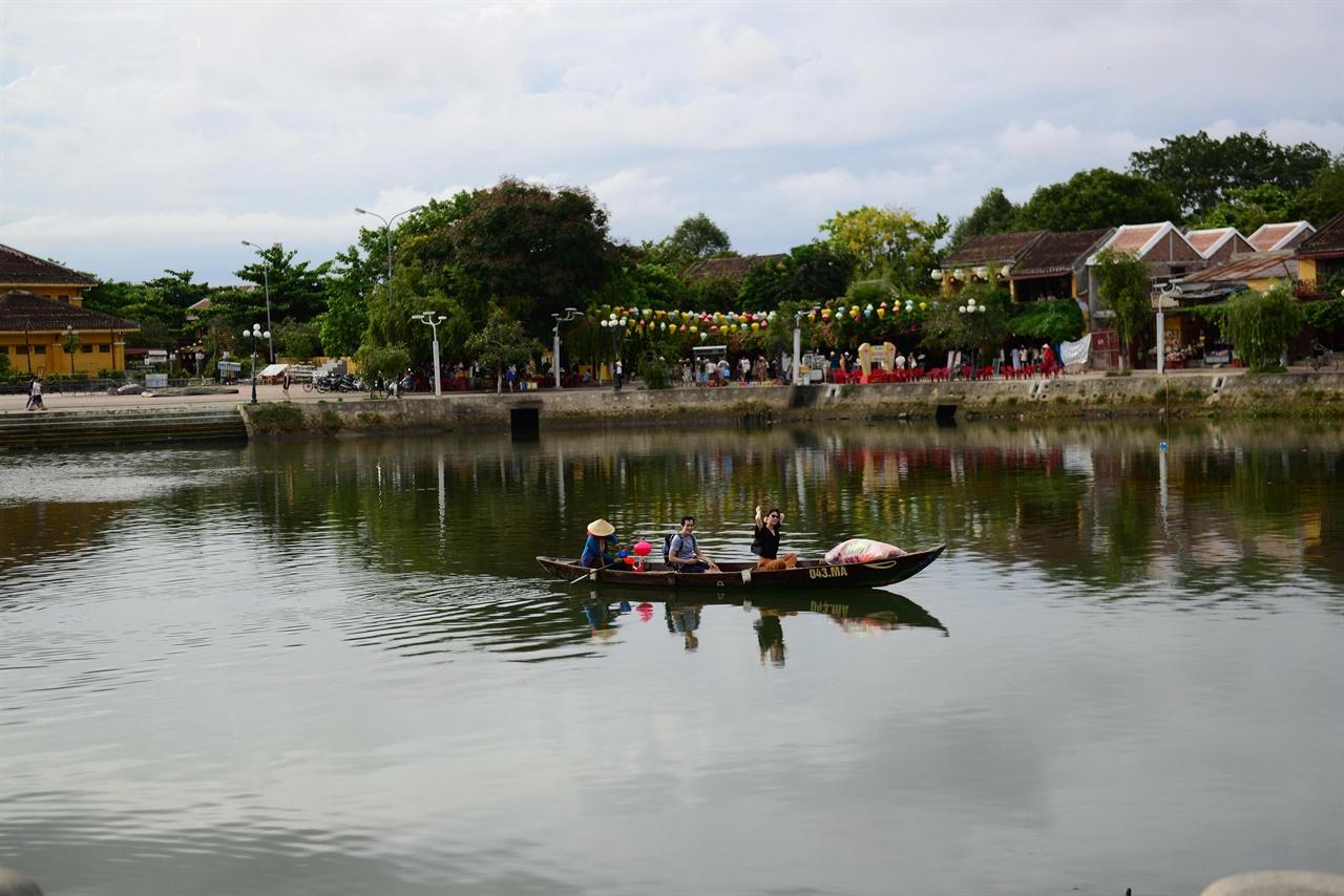 호이안 신시가지와 올드타운 사이 하천(투본강)  야경을  즐기며 보트를 탈 수 있다. 소원 촛불도 강에 띄울 수 있다.