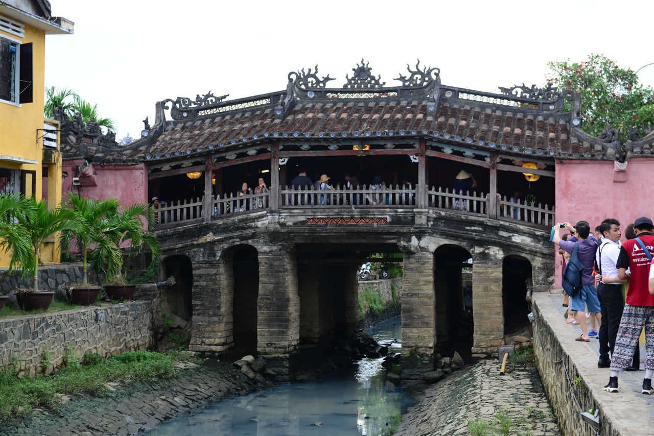 내원교 중국인과 일본인 마을을 연결하기 위해 1593 년 일본인에 의해 놓여젔다. 일본교로 부르다가 지금은 내원교로 부른다. 베트남 화폐 2 만 동 뒷면의 배경사진이다. .16 세기 중반애는  이곳 베트남을 중심으로 무역이 활발했다. 네덜란드, 중국, 인도, 일본 활발하게 드나들었다고 한다.