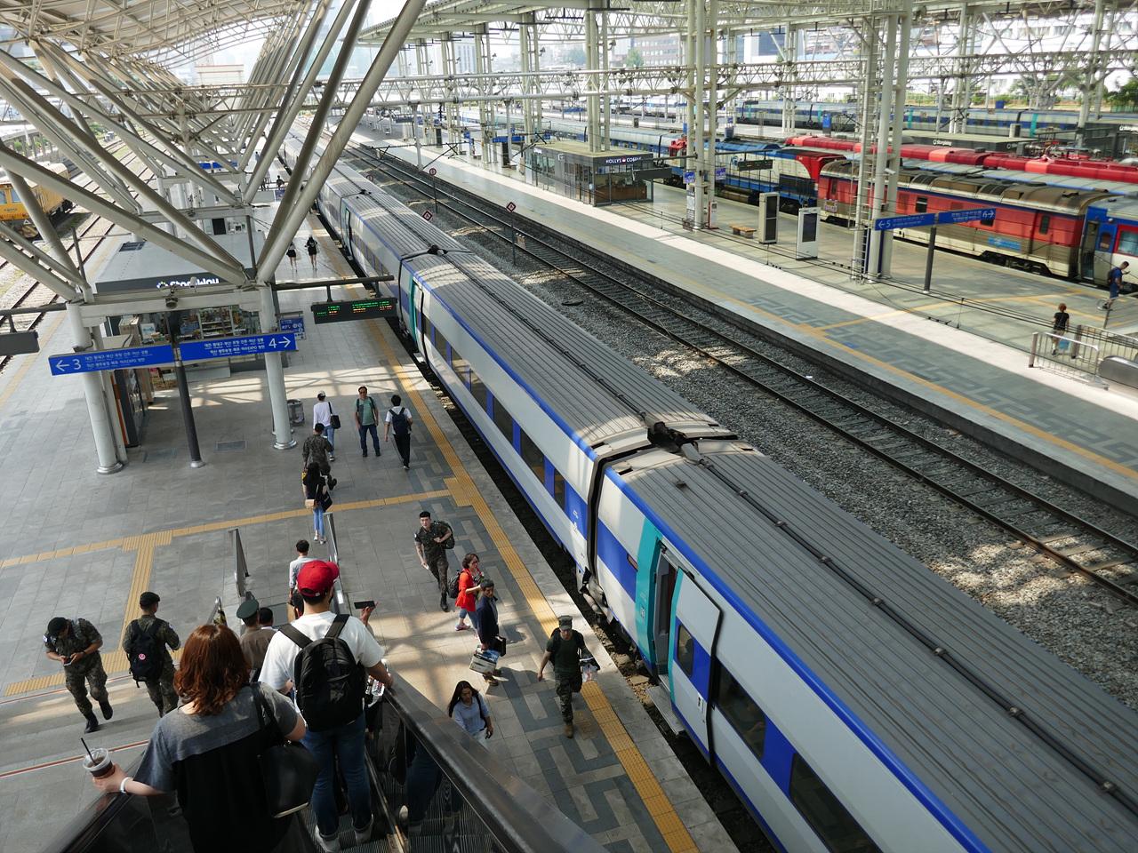 서울역에서 동대구역으로 가는 KTX에 승차하러 가고 있다.