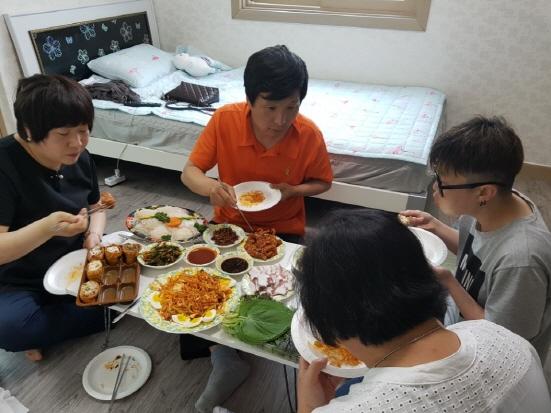 선아씨의 초대 선아씨의 원룸으로 선아씨가 나를 비롯 '이모 박진숙'씨와 그 일당들을 초대하여 파티를 하고 있다. 이날 우리는 선아씨의 자립이야기를 세상에 내보자고 결심했다.