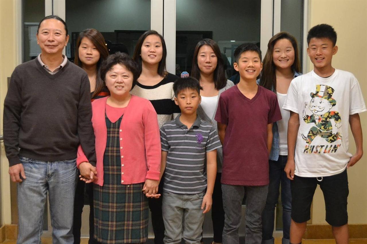 한나 킴의 가족 아버지 김기철 장로와 김영란 사모는 재미교포로 한나를 포함, 모두 7명의 자녀를 입양했다. 뒷줄 왼쪽에서 두 번째가 한나 킴이다.