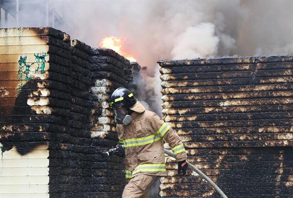 신속한 화재 진화작업 26일 오후 세종시 새롬동 신도심 한 아파트 공사현장에서 불이나 소방대원이 진화작업을 벌이고 있다.