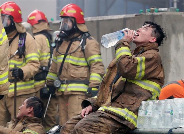 물 마시는 소방관 26일 오후 세종시 새롬동 신도심 한 아파트 공사현장에서 화재가 발생해 출동한 소방대원이 진화작업을 마치고 물을 마시고 있다.