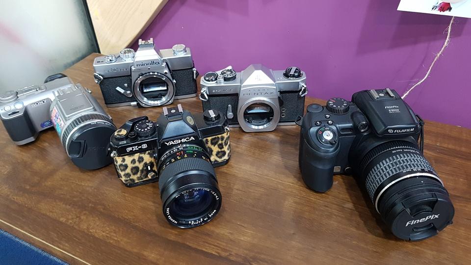 이날 전시회에서 눈에 띄는 것은 사진전시장 곳곳에는 과거 많이 사용하던 수동 카메라 소품들도 함께 놓여 있어 이곳을 찾는 방문객의 눈길을 끌었다. 이뿐만 아니라 회원들이 촬영한 사진들을 한 장한 장 모니터에 띄워 작품을 소개하고 있었다.