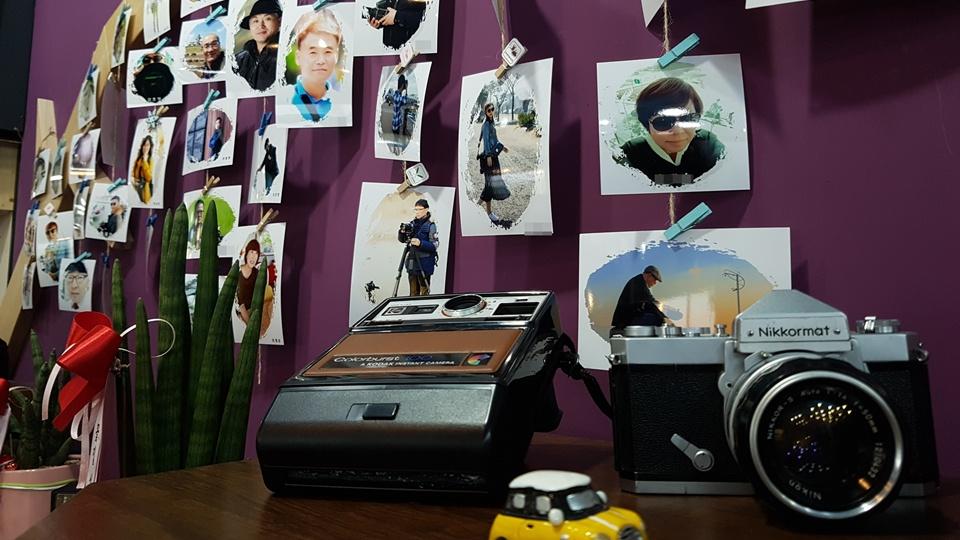 이날 전시회에서 눈에 띄는 것은 사진전시장 곳곳에는 과거 많이 사용하던 수동 카메라 소품들도 함께 놓여 있어 이곳을 찾는 방문객의 눈길을 끌었다. 이뿐만 아니라 회원들이 촬영한 사진들을 한장 한장 모니터에 띄워 작품을 소개하고 있었다.