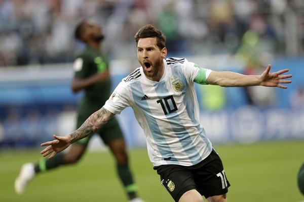 27일(한국 시각) 러시아 상트페테르부르크에서 열린 2018 FIFA 러시아 월드컵 D조 3차전 나이지리아와 경기에서 메시가 선제골을 터뜨리고 기뻐하고 있다.