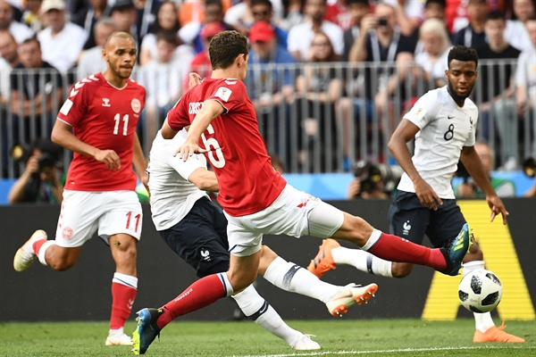 26일(한국시간) 러시아 모스크바의 루즈니키 스타디움에서 열린 '러시아 월드컵' C조 조별리그 3차전에서 프랑스와 덴마크 선수들이 경기에 임하고 있다.