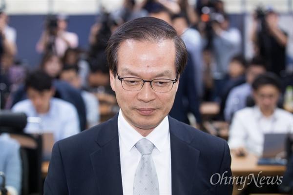드루킹 댓글 관련 진상조사를 위한 허익범 특별검사가 27일 오후 서울 강남구 특검 사무실에서 첫번째 공식 브리핑을 하기 위해 입장하고 있다.