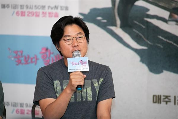 27일 서울 마포구 모처에서 진행된 <꽃보다 할배 리턴즈> 기자간담회에서 나영석 PD가 기자들의 질문에 답하고 있다.