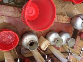 로힝야난민캠프 식수통 하킴파라 난민캠프에서 식수를 기다리고 있는 물통들