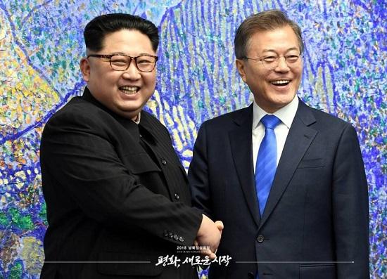 """판문점선언 청와대는 25일 """"(종전선언은) 가급적 조기에 이뤄졌으면 하는 바람""""이라며 오는 8월에 남·북·미·중 4자가 함께 참여하는 종전선언 가능성을 열어뒀다. 사진은 지난 4.27 남북정상회담 때 문재인 대통령(오른쪽)과 김정은 위원장(왼쪽)이 악수하는 모습."""
