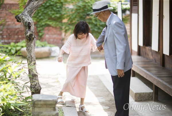 <간송 전형필>,<아름다운 사람 권정생>등의 전기를 쓴 1세대 전기 작가 이충렬씨가 서울 성북구에 있는 최순우 옛집에서 아내와 함께 손을 잡고 있다.