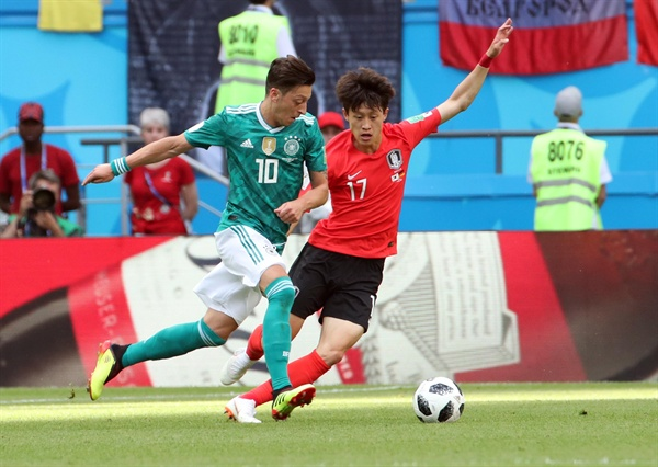 [월드컵] 외질 수비하는 이재성 (카잔=연합뉴스) 김인철 기자 = 27일(현지시간) 러시아 카잔 아레나에서 열린 2018 러시아 월드컵 F조 조별리그 3차전 한국과 독일의 경기. 한국 이재성이 독일 메주트 외질을 수비하고 있다.