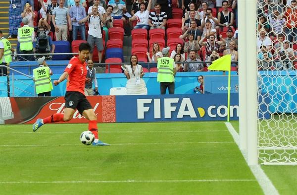 [월드컵] 손흥민 1%의 기적 (카잔=연합뉴스) 진성철 기자 = 27일(현지시간) 러시아 카잔 아레나에서 열린 2018 러시아 월드컵 F조 조별리그 3차전 한국과 독일의 경기에서 손흥민이 골을 넣고 있다. 이날 경기에서 한국은 독일에 2-0으로 승리했다.