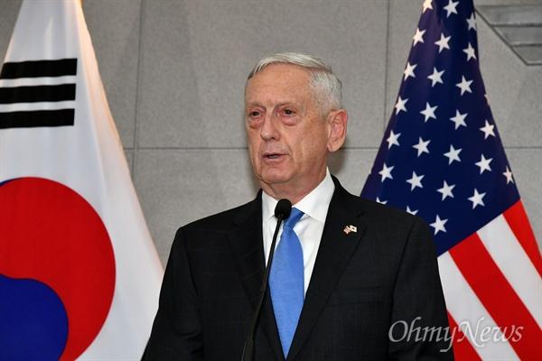 제임스 매티스 미국 국방부 장관이  28일 오후 서울 용산구 국방부에서 송영무 국방부 장관과의 회담에 앞서 인사말을 하고 있다.
