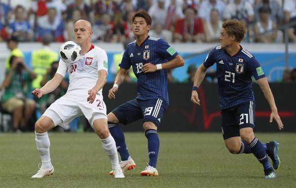 28일(한국시각) 러시아 볼고그라드에서 진행된 일본과 폴란드의 조별리그 최종전에서 폴란드의 라팔 쿠르자와(오른쪽)와 일본 히로키 사카이(가운데)가 경기에 임하고 있다.