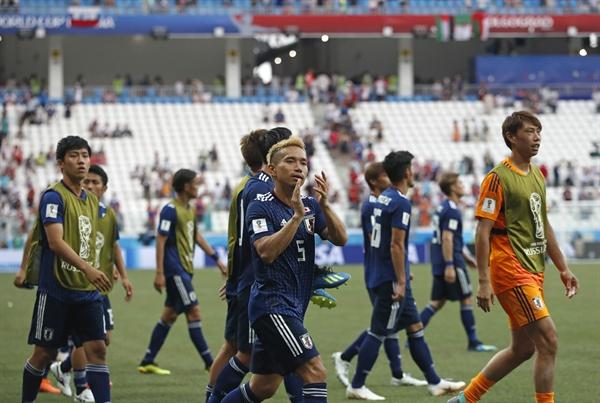 28일(한국 시각) 러시아 볼보그라드에서 진행된 2018 러시아 월드컵 H조 조별리그 최종전에서 16강 진출을 확정한 일본 대표팀 선수들이 자축하고 있다.