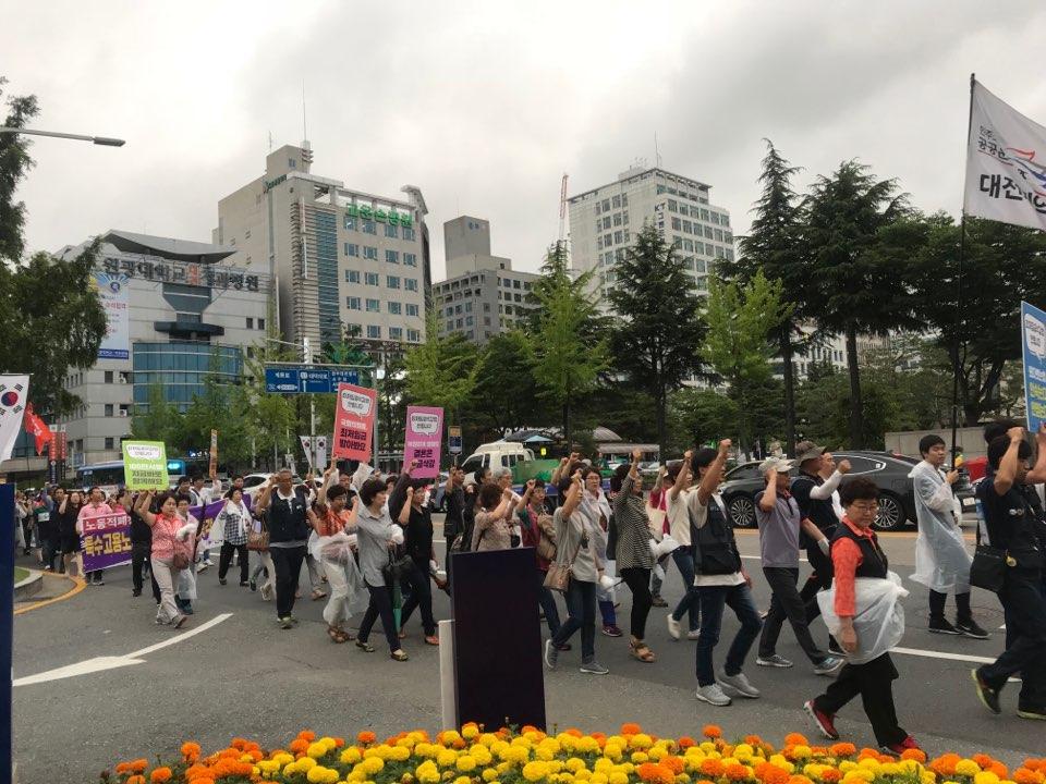 구호를 외치며 시청 앞을 지나치고 있는 참가자들 참가자들이 단체 구호를 외치며 행진을 이어가고 있다.
