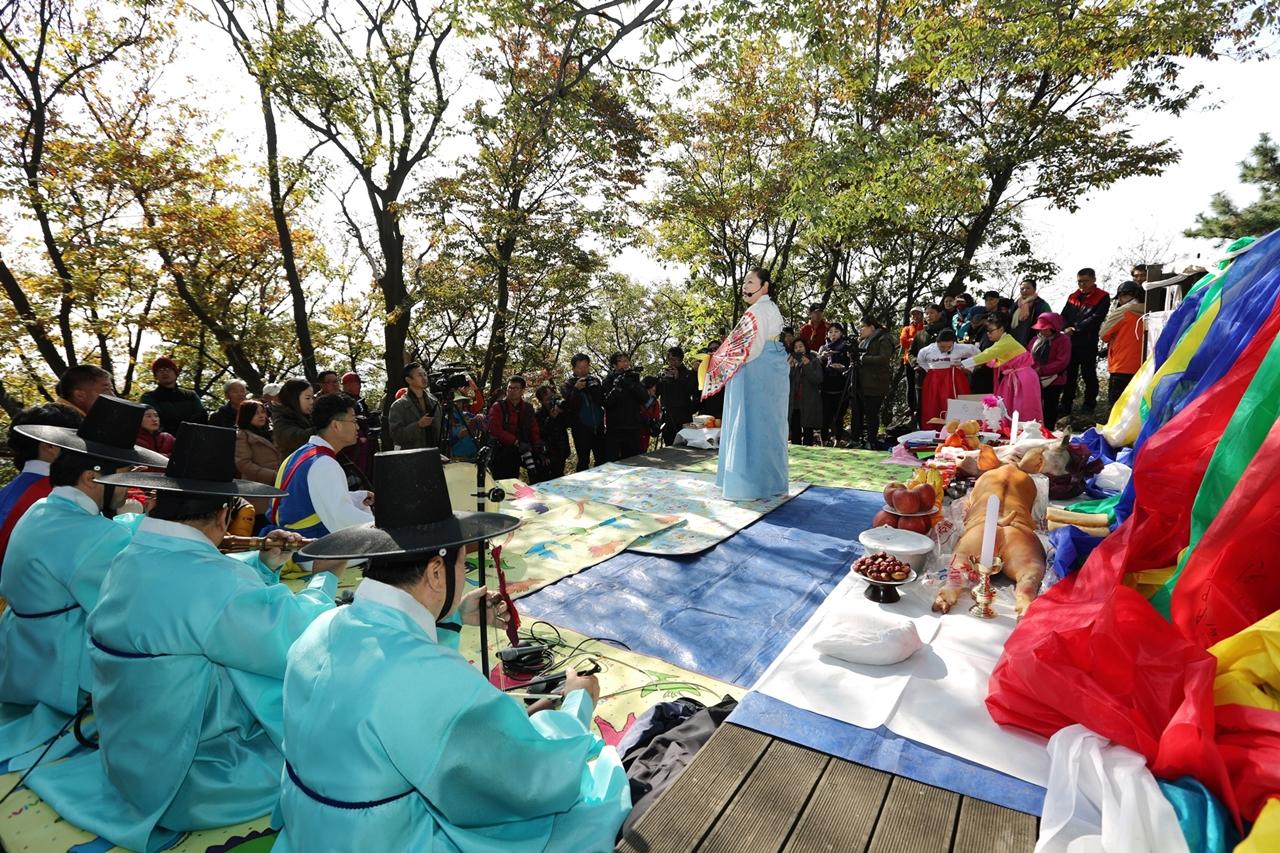 매년 음력 10월 3일에 열리는 군자봉 성황제.