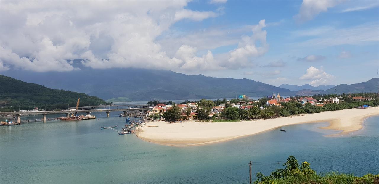 랑코비치해변 하이번 고개 오른 쪽으로 펼쳐진 해변이다. 바다 해변이 너무 아름답다. 파란 하늘과 구름 그리고 모래 사장이 조화를 이룬다.