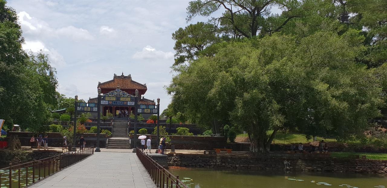 뚜득황릉 4 대 응우옌  왕인 뚜득 황릉, 중국 청나라의 영향을 받아 중국식으로 지어졌다.