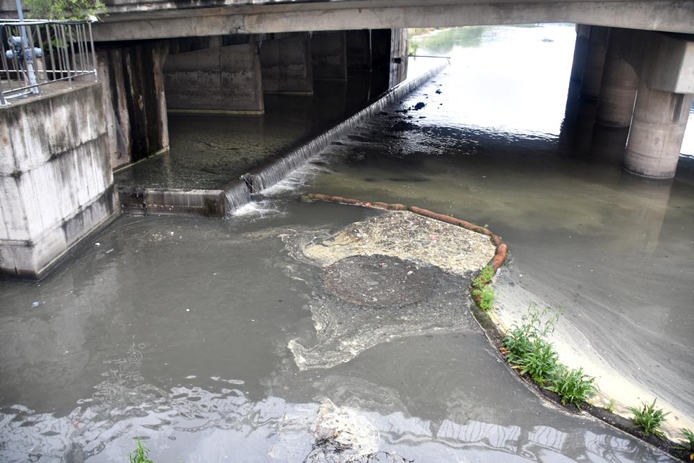 지난달 대구에 적은 양의 비가 왔는데, 성서공단의 오폐수가 턱을 넘어 그대로 낙동강으로 흘러들고 있다. 심각한 상황이다.