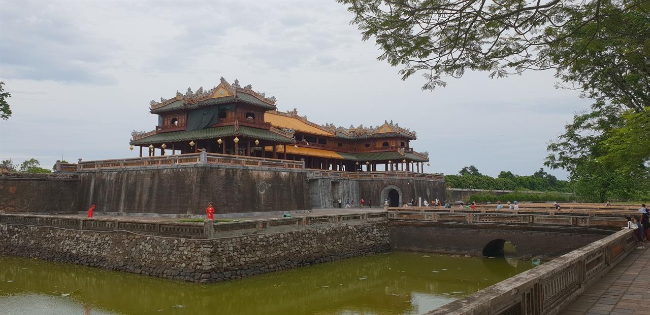 후엔 성 외성 주변으로 연못이 둘러 있다. 해자, 성곽, 내성 순서로 배치되어 있다.