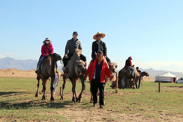 답사단원들의 낙타체험 모습