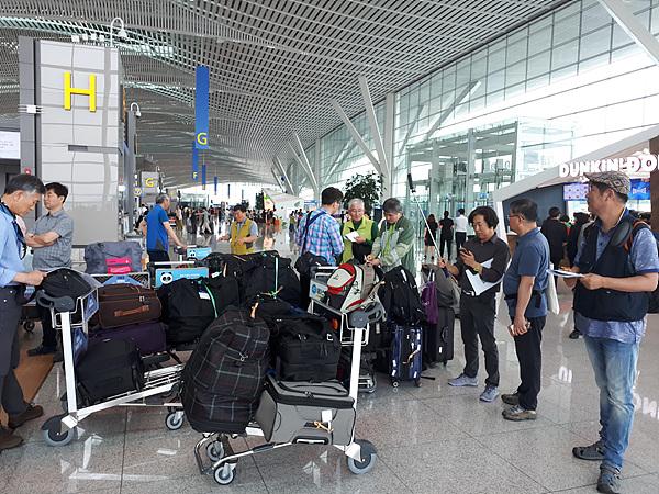 인천공항에서 몽골로 떠날 준비를 하는 답사단원들 모습. 몽골 초원에서 텐트를 치기도 하고 밥을 지어먹어야 하는  답사단원들의 짐이 엄청나게 많다.