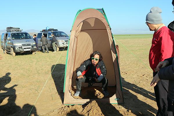 3000킬로미터를 여행해야 하는 단원들은 생리현상을 현장에서 해결해야 한다. 울란바토르 공항을 떠난 일행이 사막에서 간이화장실 설치 연습을 하고 있다