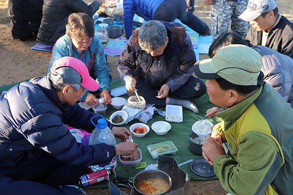 미니고비 사막에 도착해 준비해온 코펠로 물을 데워 식사 중인 대원들 모습