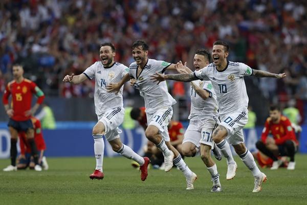 2018년 7월 1일 오후 11시(한국시간) 열린 러시아월드컵 16강 스페인과 러시아의 경기. 러시아의 표도르 스몰로프(오른쪽)가 스페인을 승부차기로 꺾은 후 팀 동료들과 기뻐하고 있다.
