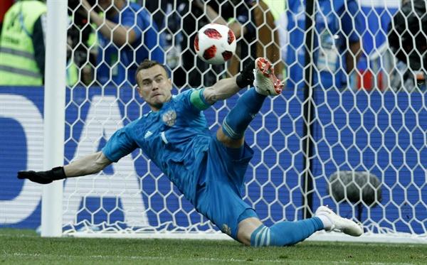 2018년 7월 1일 오후 11시(한국시간) 열린 러시아월드컵 16강 스페인과 러시아의 경기. 러시아의 골키퍼 아킨페프가 승부차기에서 상대팀의 슈팅을 막아내고 있다.