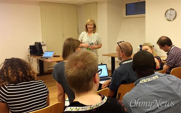 제인 엘리자베스 미국언론연구원(API) 선임연구원이 6월 21일 이탈리아 로마에서 열린 글로벌 팩트체크 컨퍼런스(Global Fact V)에서 팩트체크 결과를 불신하는 독자에게 다가가는 해법에 대해 참가자들과 워크숍을 진행하고 있다.