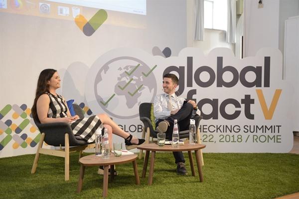 알렉시오스 만찰리스 국제팩트체킹네트워크(IFCN) 국장(오른쪽)이 6월 20일 이탈리아 로마에서 열린 글로벌 팩트체크 서밋(Global Fact V) 서밋 행사에서 그레이스 잭슨 페이스북 UX 연구자와 함께 페이스북 팩트체크 정책에 대해 이야기를 나누고 있다.(사진 제공: IFCN/포인터재단)